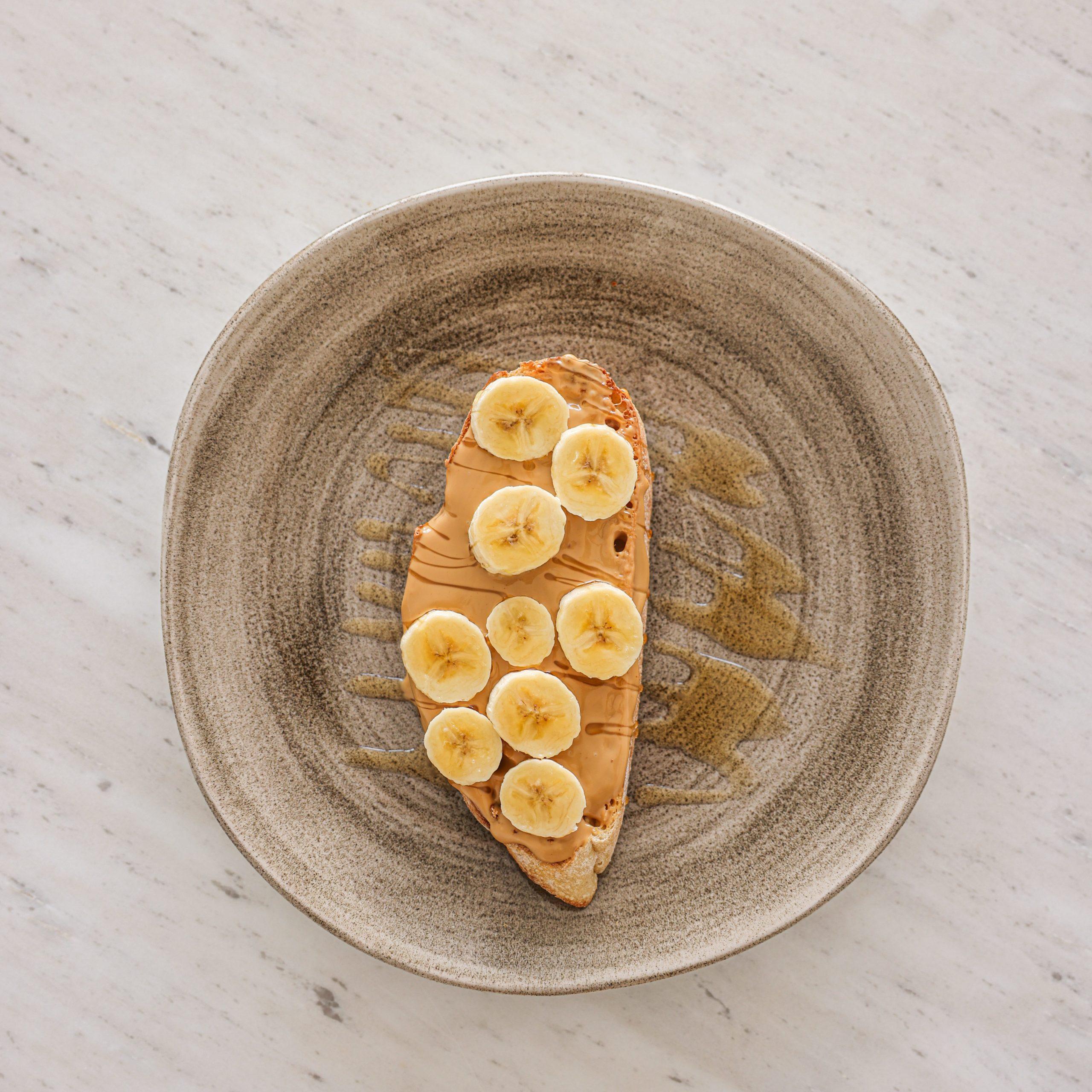 Desayuno vegano tostadas con peanut butter